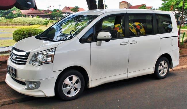 Pilih MPV Keluarga Toyota Sienta Baru atau NAV1 Bekas?