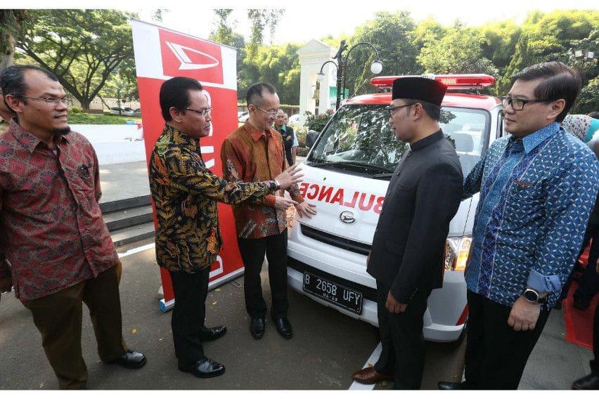 Ridwan Kamil Terima Sumbangan Ambulans Daihatsu Gran Max untuk Kota Bandung