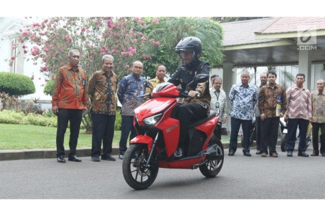Ini Komentar Jokowi Setelah Mengendarai Motor Listrik Gesits