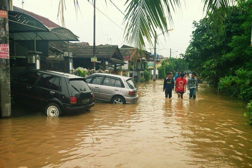 perumahan terendam air banjir mengancam keselmatan mobil