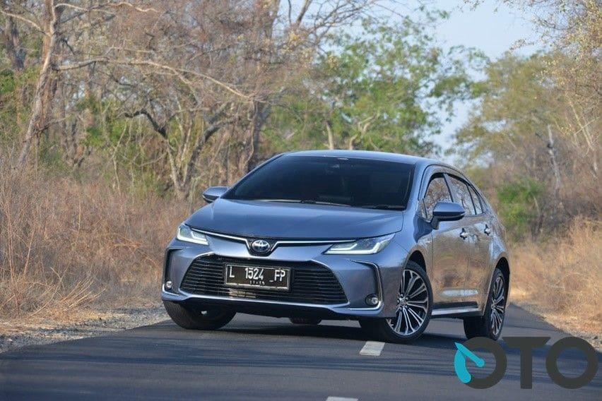 Sedang Cari Sedan, Mending Ambil Camry XV50 Bekas atau Toyota Altis Terbaru?