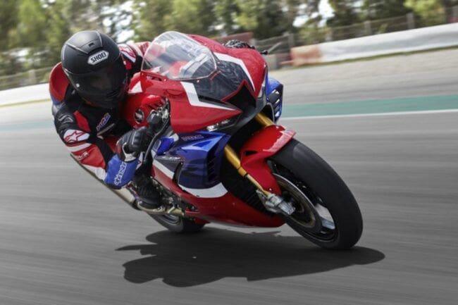 Bergaya ala Vlogger, Begini Impresi Marquez Jajal Honda CBR1000RR-R Fireblade