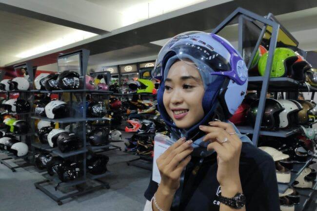 Cargloss Helm Spesial Hijabers, Harganya Cuma Rp 275 Ribu