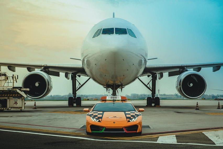Lamborghini Huracan RWD Jadi Kendaraan Pemandu Pesawat