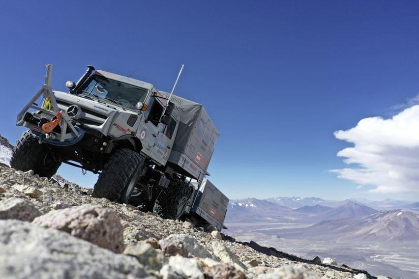 Mercedes Unimog Cetak Rekor Mendaki Gunung Berapi Tertinggi Dunia