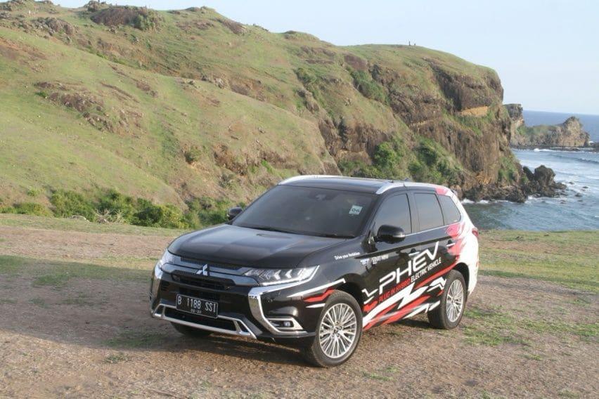 Mitsubishi Outlander PHEV dibekali sistem gerak empat roda