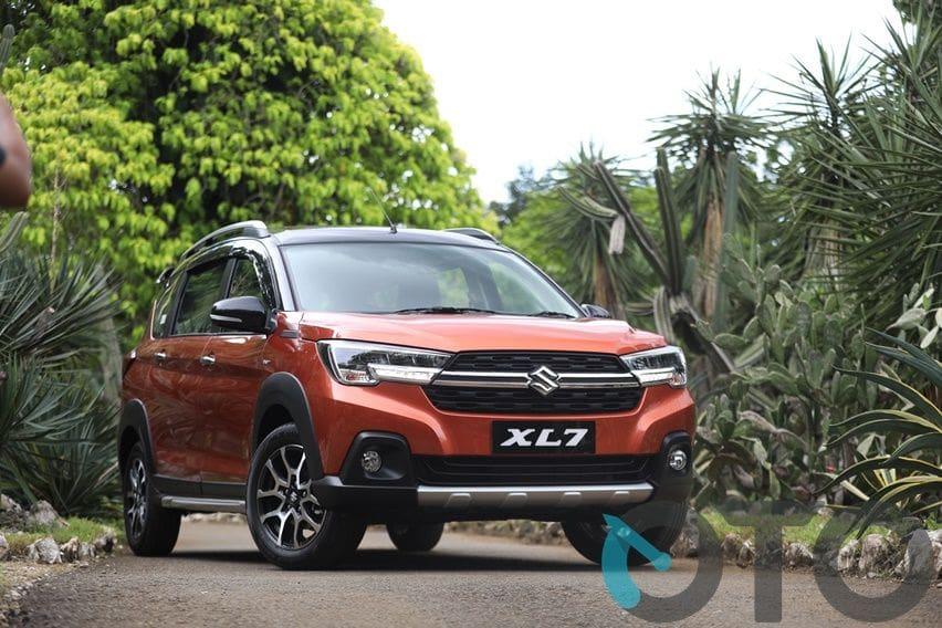 Suzuki XL7 depan samping