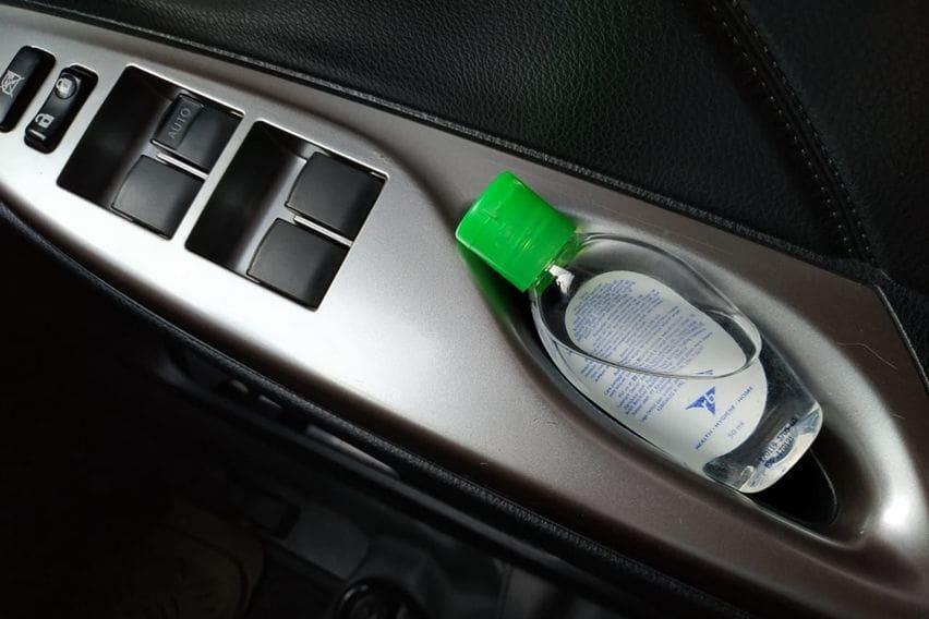Sedia hand sanitizer di dalam mobil