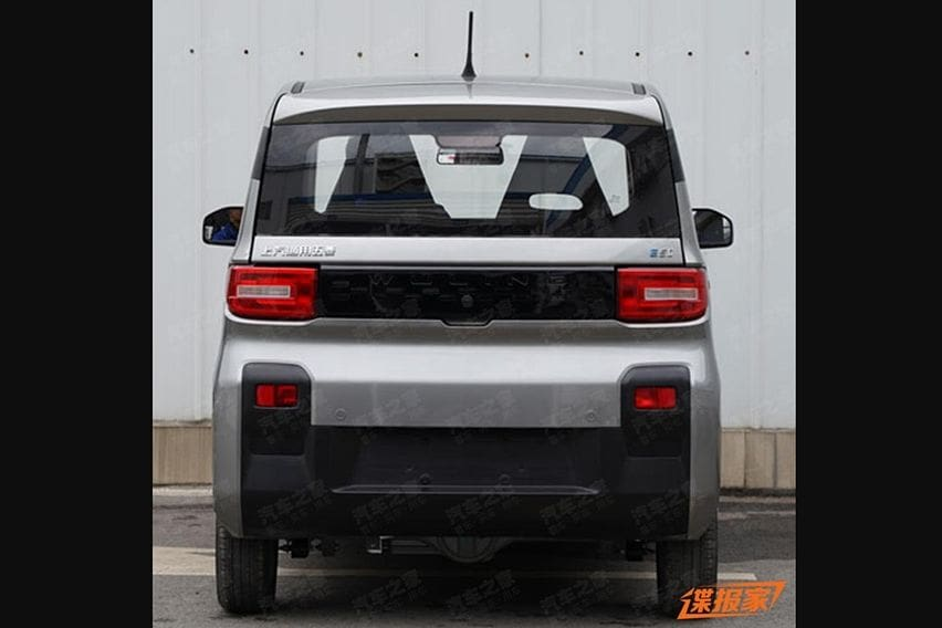 Tampak belakang mobil listrik mungil Wuling E5C