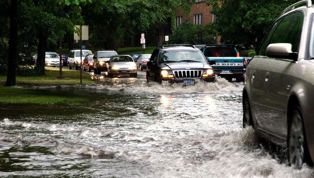 Tips Berkendara di Musim Hujan, Sediakan 3 Payung Ini