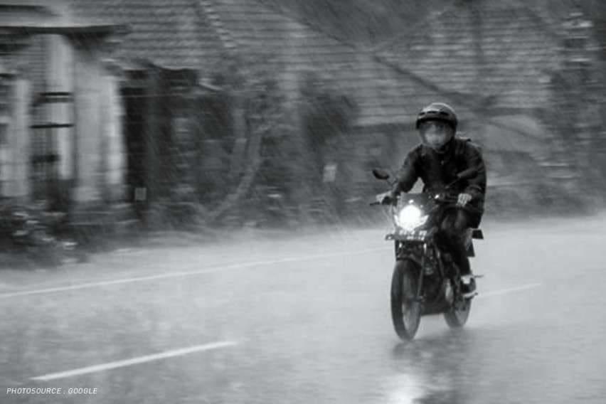 Tips Aman Berkendara Motor Saat Musim Hujan