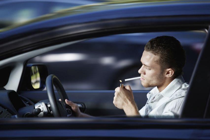 Merokok Sambil Mengemudi, Awas Bahaya dan Sanksi Berat Menanti