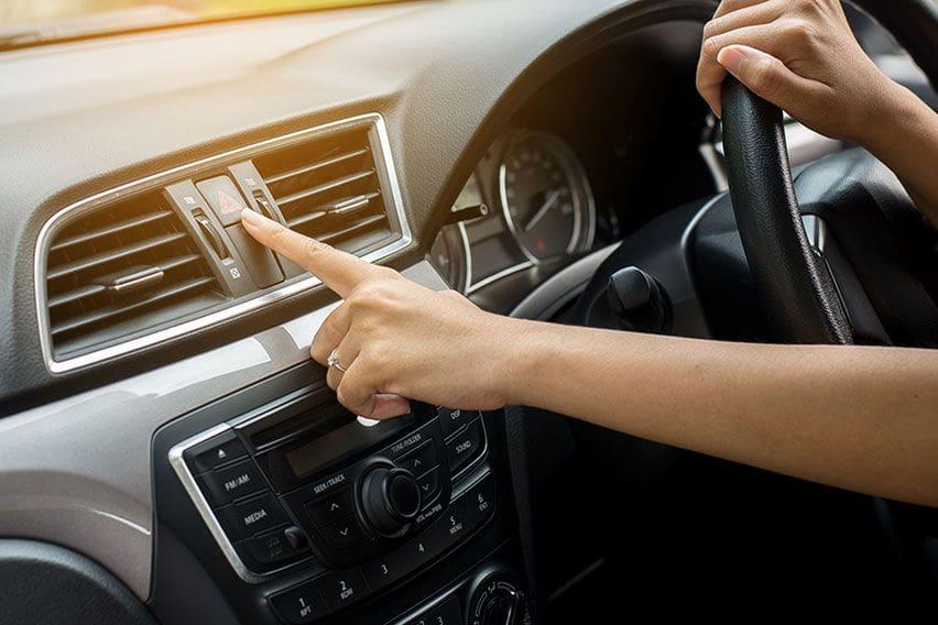 Kapan Waktu yang Boleh dan Tidak Menggunakan Lampu Hazard Mobil